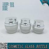 De berijpte Kosmetische Flessen en de Kruiken van het Glas met Glanzende Zilveren Deksels