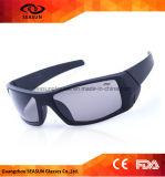 Vidros de ciclagem do profissional que montam os óculos de proteção da bicicleta dos óculos de sol dos esportes que dão um ciclo vidros
