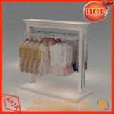 Estantes comerciales de la ropa que se colocan para el almacén