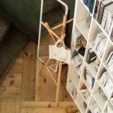 La couche en bois portative enduite de tissu de hêtre vêtx la crémaillère