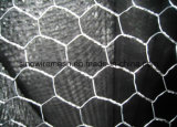 電流を通された六角形ワイヤー網か金網の網