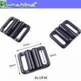 使用できる試供品が付いているビキニの黒いプラスチックバックル