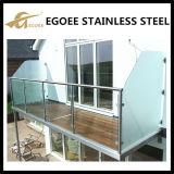 Im FreienFrameless Balkon-Glasbalustrade mit Edelstahl-Glas-Distanzhülse