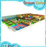 Brinquedos engraçados do campo de jogos dos miúdos