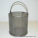 Il mini collegare frigge nel grasso bollente la rete metallica dei cestini delle patate fritte del cestino che frigge il cestino