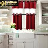 O indicador drapeja cortinas vermelhas modernas e valências da cozinha