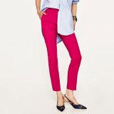 女性は細く高いウエストのまっすぐ足のズボンを作る