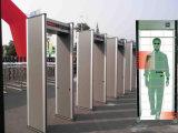 Seguridad que controla la caminata completa de la carrocería a través de detector de metales