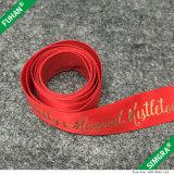 리본을 인쇄하는 빨간 배경 금 로고