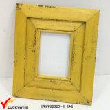 レトロのぼろぼろの黄色い木製の写真フレーム