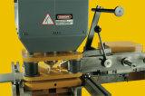 Trabalhador do ferro com o multi hidráulico funcional