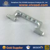 Pezzi meccanici di CNC che macinano le maniglie d'argento dell'alluminio delle parti