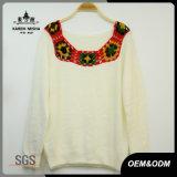 Lavori o indumenti a maglia del pullover di inverno delle donne con il collare del Crochet