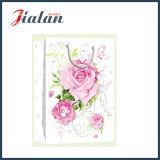 어머니날 - 쇼핑 선물 종이 봉지가 아이보리페이퍼 반짝임에 의하여 꽃이 핀다