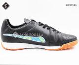 Le football d'intérieur d'hommes chausse des chaussures de sports