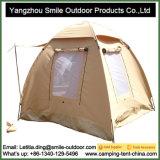 A pessoa 3 engrossa a barraca de acampamento impermeável de caminhada ao ar livre da lona