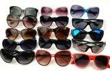 Lot à bas prix de lunettes de soleil en plastique chaudes de vente