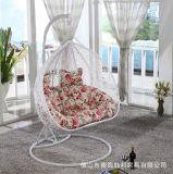 Chaise pivotante suspendue en rotin à l'extérieur
