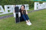 Planche à roulettes d'équilibre d'individu avec la batterie de Samsung