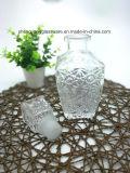 Botella de cristal de vino rojo y taza del vidrio que graban