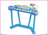 Aprendiendo el órgano electrónico de los juguetes juega el instrumento musical
