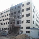 Edificio de oficinas del alto de la subida metal de varios pisos de la estructura de acero con la pared del bloque