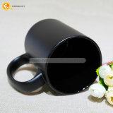 黒い印刷を用いる陶磁器のマグ