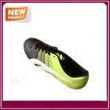 新式の屋外のフットボールの靴