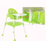 Bebê de China que janta a cadeira que senta a cadeira elevada da mesa funcional da tabela