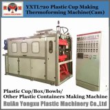 機械を形作るプラスチックコップ