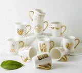 金ホイルのプリントまたは金ホイルのマグが付いている石器のコーヒー・マグ