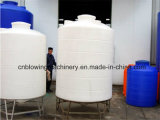 Máquina moldando dando forma vazia do molde de sopro para o tanque de água