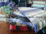 編まれた格子縞の綿によって縁を付けられる投球毛布