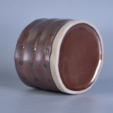陶磁器の蝋燭ホールダーを塗る手