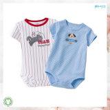 白人の赤ん坊は100%の有機性綿の幼児のBodysuitに着せる