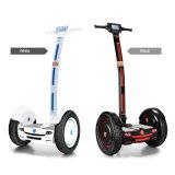 2つの車輪が付いている電気スクーターのバランスをとっている道の自己を離れて
