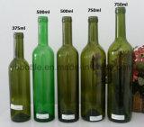 ねじ帽子または雄ん鶏が付いている深緑色か緑のワイングラスのびん