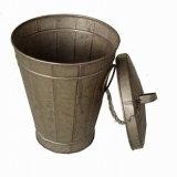 Cubo antiguo de la lata de la redonda blanca con el pote del jardín de la flor de la tapa