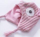 女の赤ちゃんのピンクの編まれたわな猟師の帽子