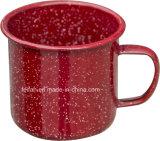 赤いカラー点を打たれた装飾のエナメルのマグかコップ