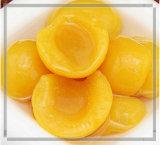 安く缶詰にされた黄色いモモの半分