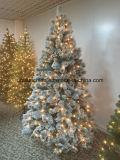 Albero di Natale dello Snowy con gli indicatori luminosi ed i semi del pino (obiettivo)