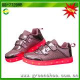 子供までつくクリスマスのギフトLEDの点滅の靴