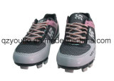 米国の青年は野球のソフトボールのゴムクリートの靴を大きさで分類する