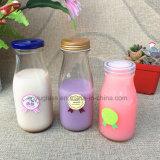 Botellas de cristal para la leche, bebida, jugo del agua con la etiqueta