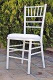 高品質の黒いクッションが付いている白いChiavariの椅子