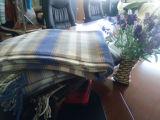Сплетенные одеяла хода шотландки окаимленные хлопком