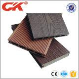 自然な感じおよび溝を作られた設計された床の木製のプラスチック合成の屋外のフロアーリング、