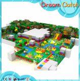 Campo de jogos engraçado dos brinquedos dos miúdos