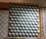 正方形の形のモザイクをかみ合わせる多色刷りの自然な大理石3D